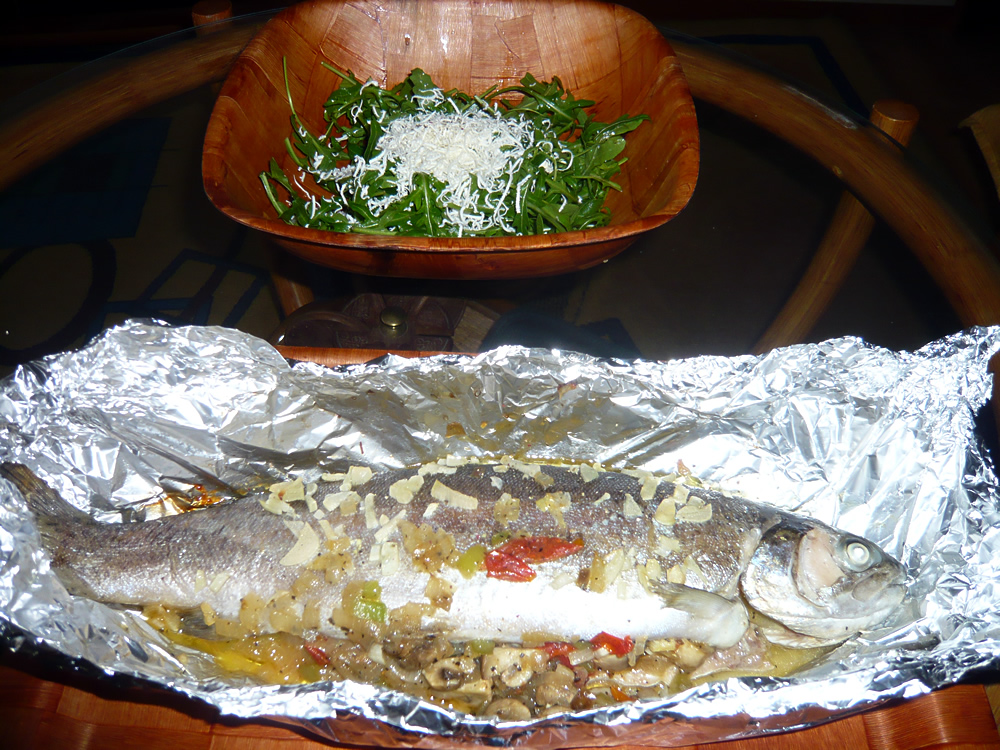 Baked trout with vegetables and rucola