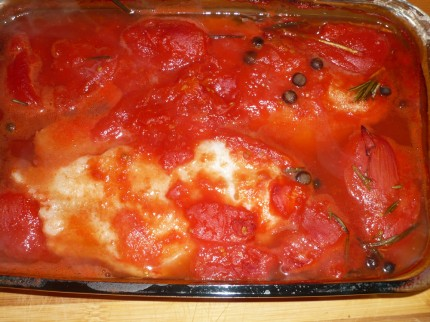 Baked fish with tomatoes, rosemary and allspice